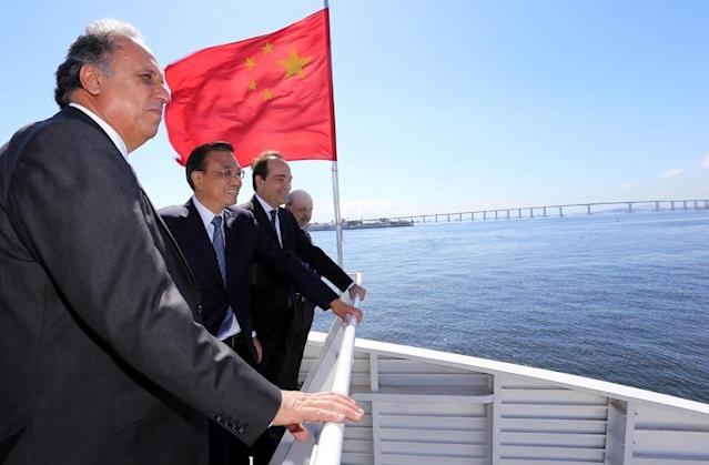 China's Prime Minister Li Keqiang (centre) and Rio de Janeiro governor Luiz Fernando Pezao (left) on a boat ride through Guanabara Bay on May 20, 2015 (AFP Photo/Carlos Magno)