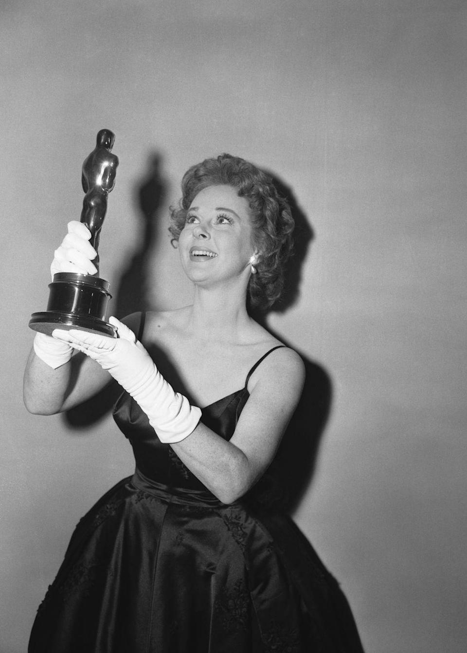 <p>Susan wore a black satin gown with spaghetti straps and elegant white gloves. She won the Best Actress Oscar for her performance in <em>I Want to Live!</em></p>