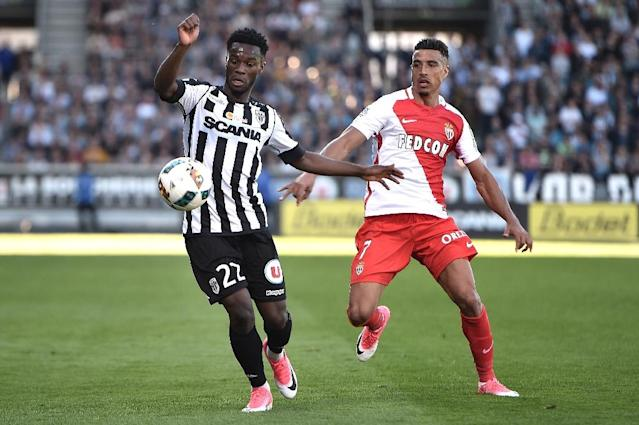 Angers' Jonathan Bamba (L) vies with Monaco' Nabil Dirar during their match on April 8, 2017, at the Raymond Kopa Stadium in Angers, western France (AFP Photo/JEAN-SEBASTIEN EVRARD)
