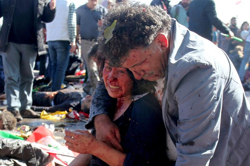 An injured woman is comforted following an explosion at the main train station in Turkey's capital Ankara, on October 10, 2015 (AFP Photo/Ozcan Yaman)