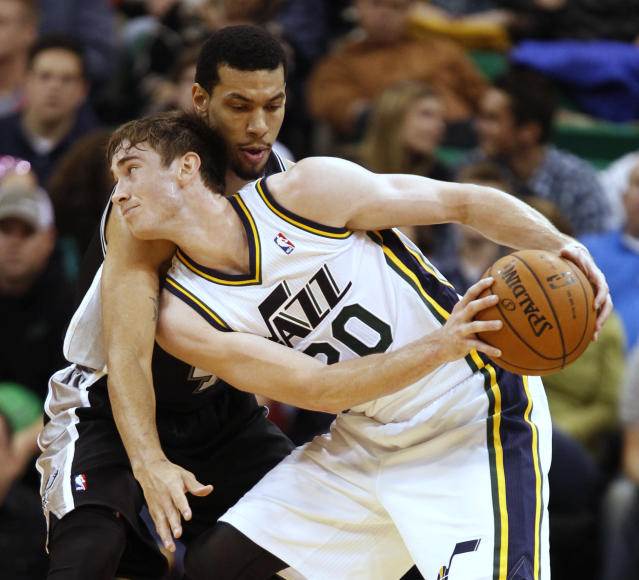San Antonio Spurs Danny Green, top, reaches in on Utah Jazz's Gordon Hayward during the first half of an NBA basketball game in Salt Lake City, Friday, Nov. 15, 2013. (AP photo/George Frey)