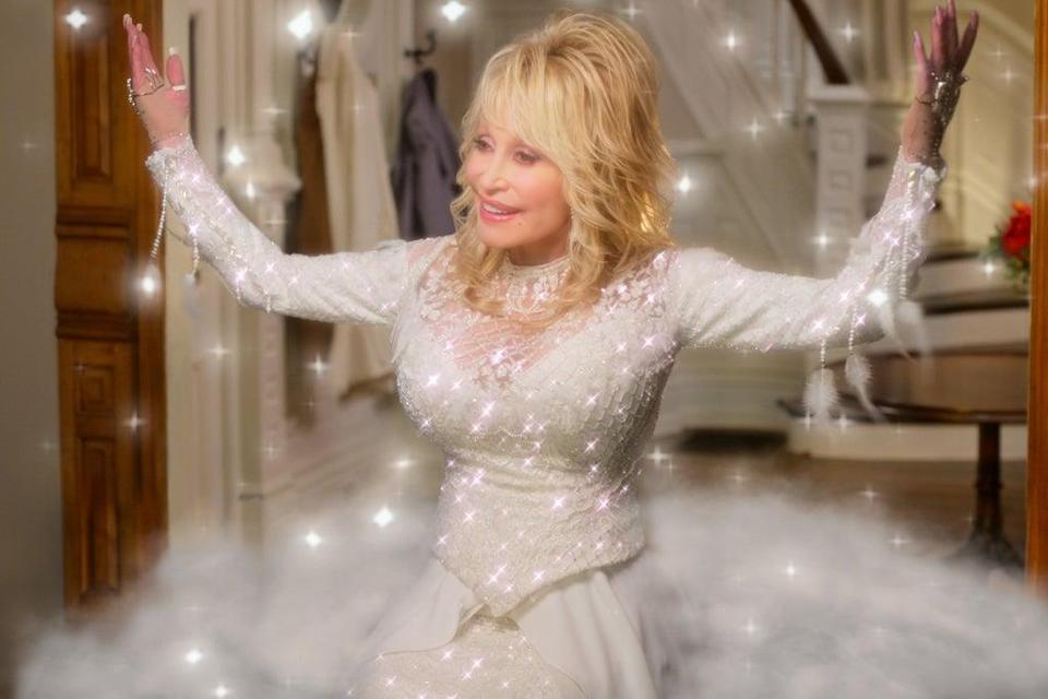 DOLLY PARTON'S CHRISTMAS ON THE SQUARE (L to R) DOLLY PARTON as ANGEL in DOLLY PARTON'S CHRISTMAS ON THE SQUARE Cr. COURTESY OF NETFLIX © 2020