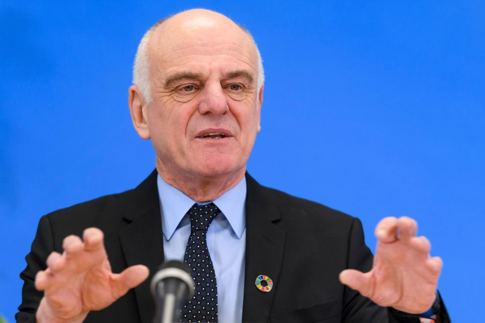 Candidate to the post of Director-General of the World Health Organization (WHO) David Nabarro gestures during a press conference on January 26, 2017 in Geneva. - The World Health Organization picked three finalists for the role of its next director-general, a high-stakes choice for the powerful agency described as facing an