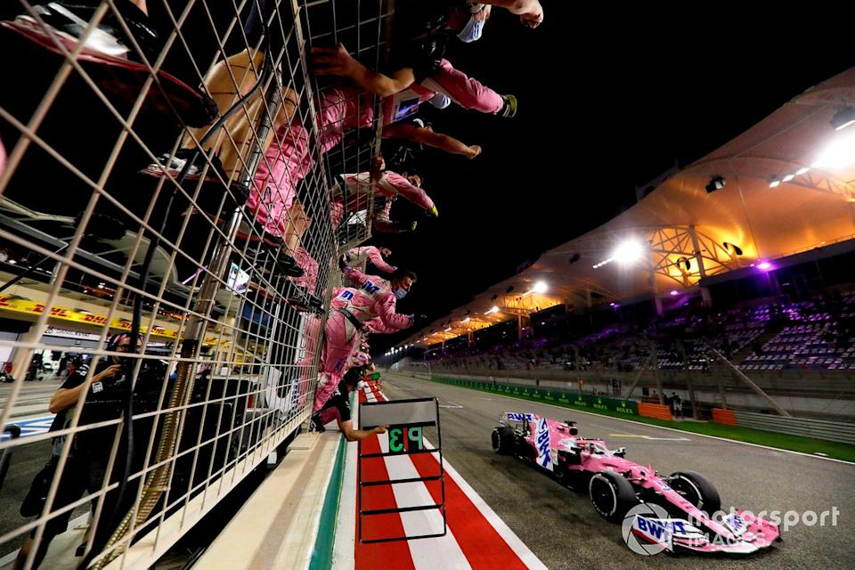 "Sergio Perez, Racing Point RP20, primo classificato, taglia il traguardo<span class=""copyright"">Glenn Dunbar / Motorsport Images</span>"