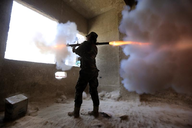 A female Syrian soldier from the Republican Guard commando battalion fires a rocket-propelled grenade during clashes with rebels in eastern Damascus on March 25, 2015 (AFP Photo/Joseph Eid)