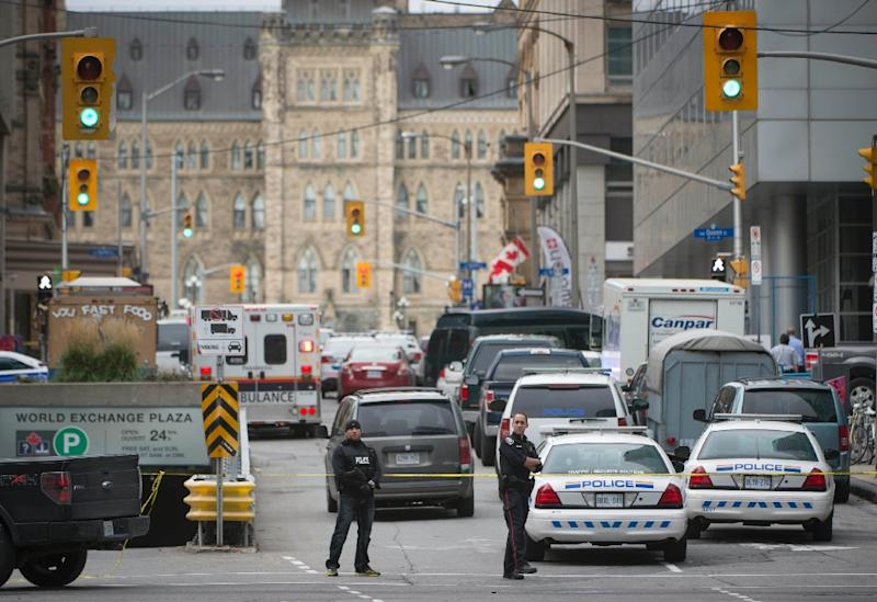 The main street leading to the Parliament buildings in Ottawa are filled with police on October 22, 2014 (AFP Photo/Peter Mccabe)