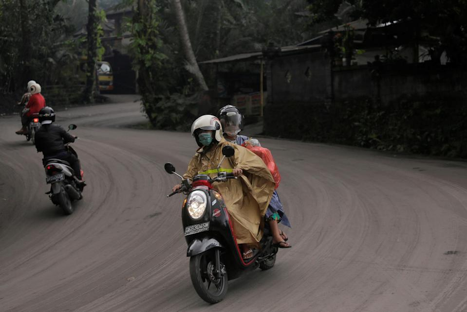 <p>Motorists drive on a road covered in volcanic ash from Mount Agung's eruption in Karangasem, Bali, Indonesia on Nov. 26, 2017. (Photo: Johannes P. Christo/Reuters) </p>