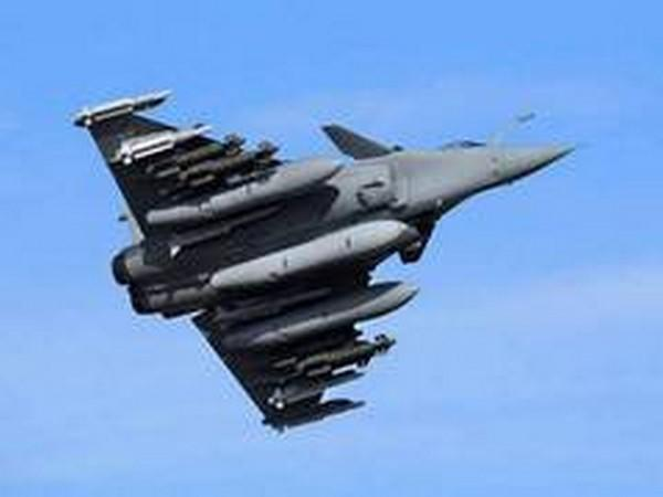 Rafale combat aircraft fitted with a HAMMER missile. (File pic)