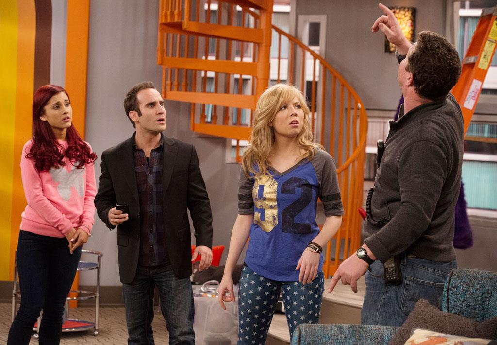 "Cat Valentine (Ariana Grande), Jeff Du Shell (Ben Giroux) and Sam Puckett (Jennette McCurdy) in the ""Sam & Cat"" episode, ""#FavoriteShow."""