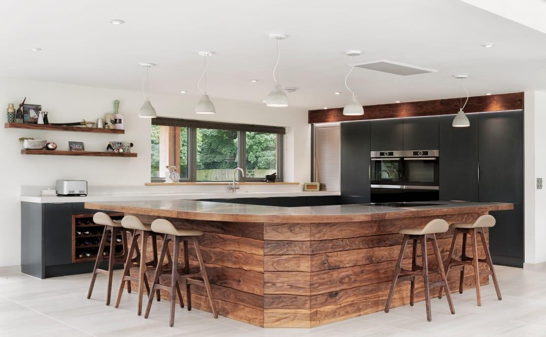 """<p>Speaking of wood, how breathtaking is this island in the<a rel=""""nofollow"""" href=""""https://www.homify.co.uk/rooms/kitchen"""">kitchen</a>? Not only does it offer up ample seating- and working space, it also beautifully boosts the kitchen's colour- and material palette while neatly grounding the culinary area.</p>  Credits: homify / Dan Wray Photography"""