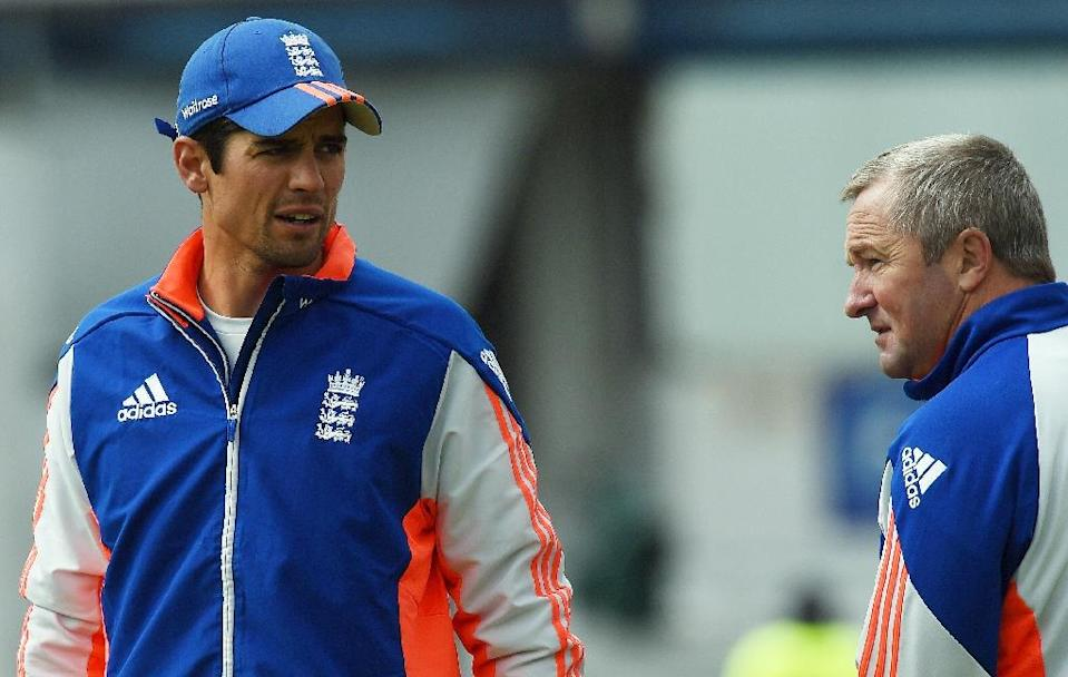 England's captain Alastair Cook (L) speaks to interim head coach Paul Farbrace ahead of the fifth and final day of their second Test match against New Zealand, at Headingley in Leeds, northern England, on June 2, 2015 (AFP Photo/Paul Ellis)