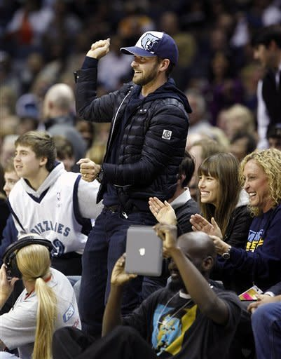 Justin Timberlake, center, recording artist and Memphis Grizzlies minority owner, and wife, second from right, actress Jessica Biel, cheer in the first half of an NBA basketball game between the Grizzlies and the L.A. Lakers at the FedExForum, Friday, Nov. 23, 2012, in Memphis, Tenn. (AP Photo/Lance Murphey)