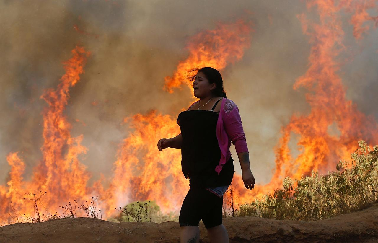 <p>A resident looks at a wildfire in Vina del Mar, Chile, March 12, 2017. (Photo: Rodrigo Garrido/Reuters) </p>
