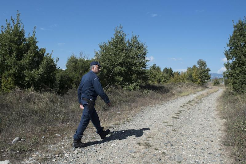 Refugees stuck in Serbia begin marching towards Hungarian border