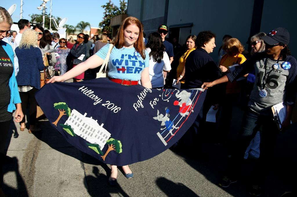 Supporters of Democratic presidential candidate Hillary Clinton gather on May 25, 2016 in Buena Park, California (AFP Photo/Tommaso Boddi)
