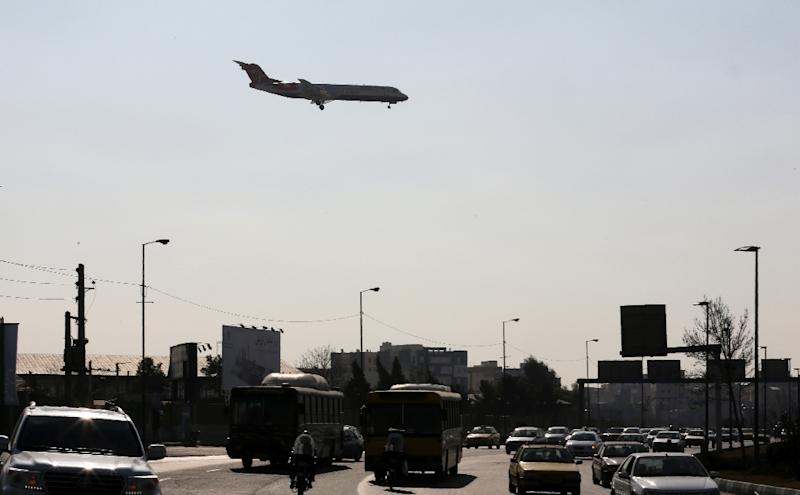 A plane prepares to land at Mehrabad airport in Tehran on January 18, 2016 (AFP Photo/Atta Kenare)