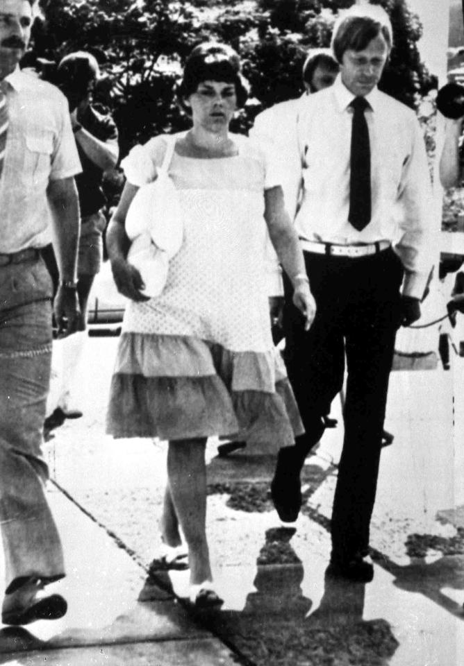 Lindy Chamberlain, seven months pregnant, flanked by her husband Michael, right, and defence solicitor Stuart Tiplle, walks into Darwin Supreme Court, Australia, Sept. 13, 1982. (AP Photo)
