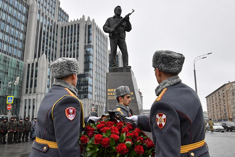 Estatua en honor a Míjail Kalashnikov (YURI KADOBNOV/AFP via Getty Images)