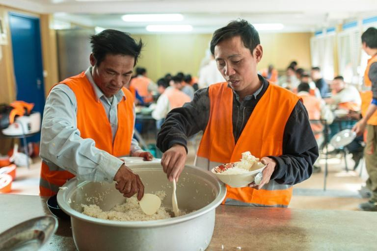 A chef prepares special meals for Vietnamese workers in Bucharest