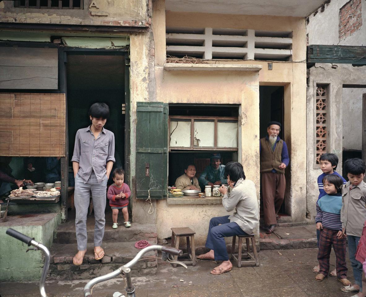 "<p>72 Mã Mây (Rattan Street), 1988. (© William E. Crawford from the book ""Hanoi Streets 1985-2015: In the Years of Forgetting"") </p>"