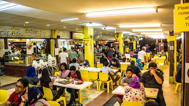 Hungry crowd: In the heartland (suburb areas of Singapore), you can find crowds of people having supper even around midnight.