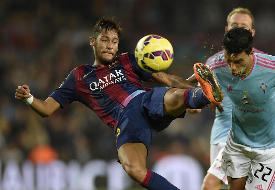 Barcelona's Neymar (L) fights for the ball with Celta Vigo's Gustavo Cabral during their Spanish La Liga match at the Camp Nou stadium in Barcelona, on November 1, 2014 (AFP Photo/Lluis Gene)