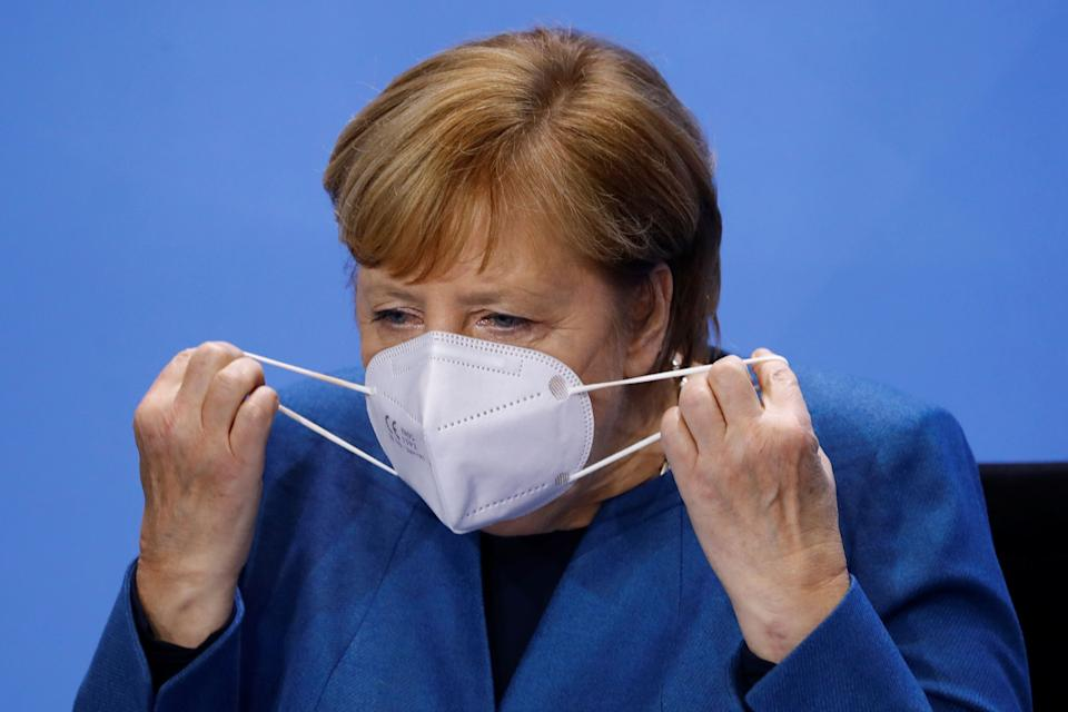 La canciller alemana Angela Merkel poniéndose una mascarilla. (Photo by FABRIZIO BENSCH / POOL / AFP) / ALTERNATIVE CROP (Photo by FABRIZIO BENSCH/POOL/AFP via Getty Images) (Photo: FABRIZIO BENSCH via Getty Images)