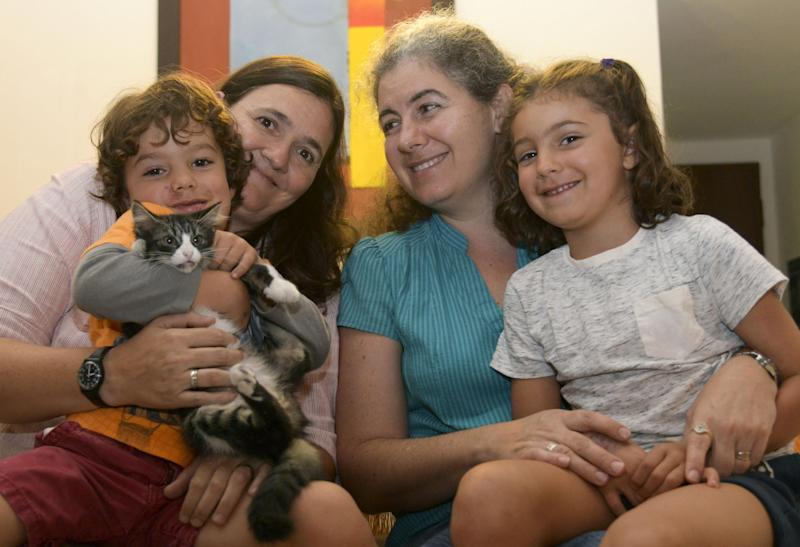 Colombian lesbian couple Ana Elisa Leiderman (R) and Veronica Botero (L) pose with their children Raquel, 6, and Ari, 4, conceived by artificial insemination, at home in Medellin, Colombia, on August 26, 2014 (AFP Photo/Raul Arboleda)
