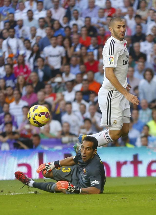 "Real Madrid's Karim Benzema (R) and Barcelona's goalkeeper Claudio Bravo eye the ball during their Spanish first division ""Clasico"" soccer match at the Santiago Bernabeu stadium in Madrid October 25, 2014. REUTERS/Juan Medina (SPAIN - Tags: SOCCER SPORT)"