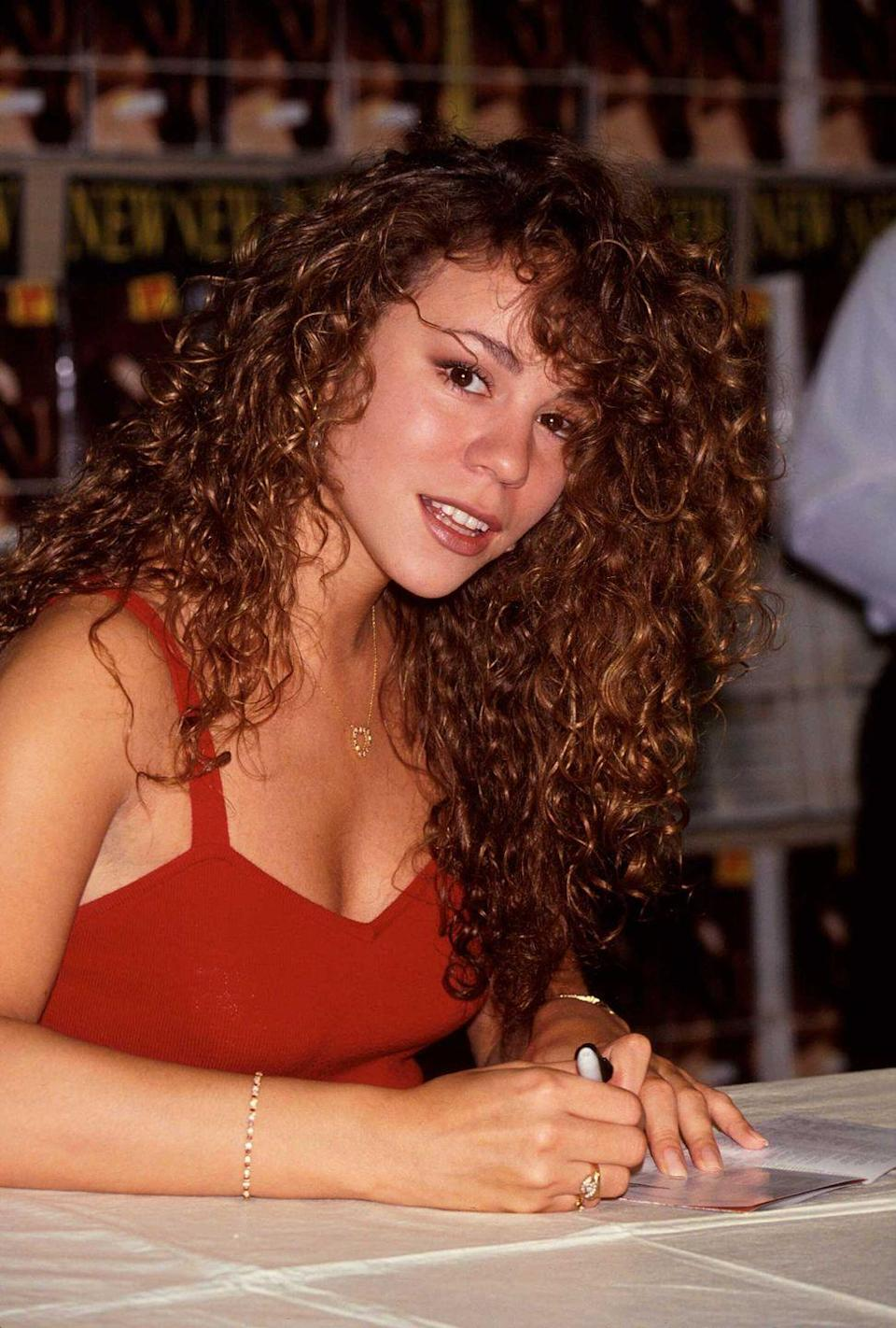<p>Mariah Carey in 1991, looking perfect as she signs autographs. </p>