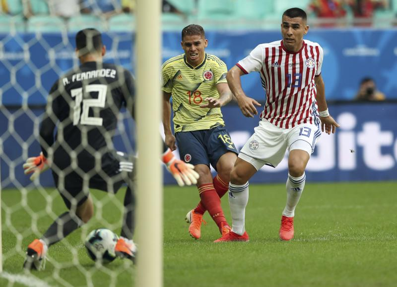 Colombia's Gustavo Cuellar, center, watches the ball after he kicked to score his side's first goal against Paraguay during a Copa America Group B soccer match at Arena Fonte Nova in Salvador, Brazil, Sunday, June 23, 2019. (AP Photo/Ricardo Mazalan)