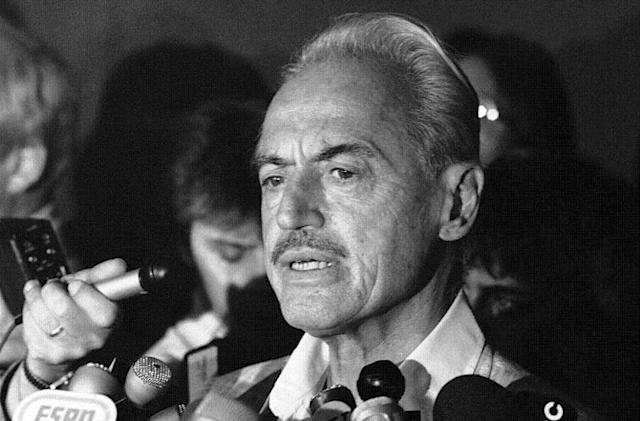 Baseball union leader Marvin Miller speaks to reporters during the 1981 strike. (AP)