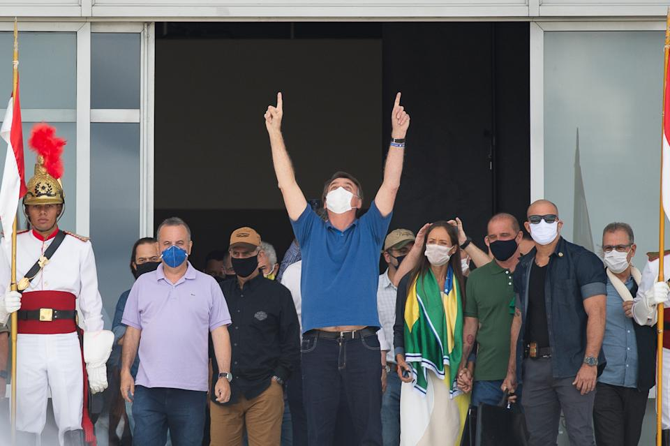 Bolsonaro acena para apoiadores no Planalto (Photo by Andressa Anholete/Getty Images)