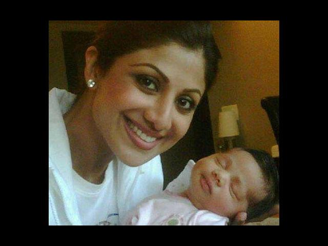 <b>5. Shilpa Shetty:</b> One of the hottest actresses in Bollywood, ergo, one of the hottest moms after the birth of her son Viaan on May 21st, 2012 – Shilpa Shetty is definitely one of our favorite supermoms. While some other divas showed their post-natal extra weight for months in pride (cough! Aishwarya! Cough!), this lady got back to shape pronto. Although she has been missing from films for 3 years now, she still has her hands full – what with her IPL team, her other enterprises and of course, her baby!
