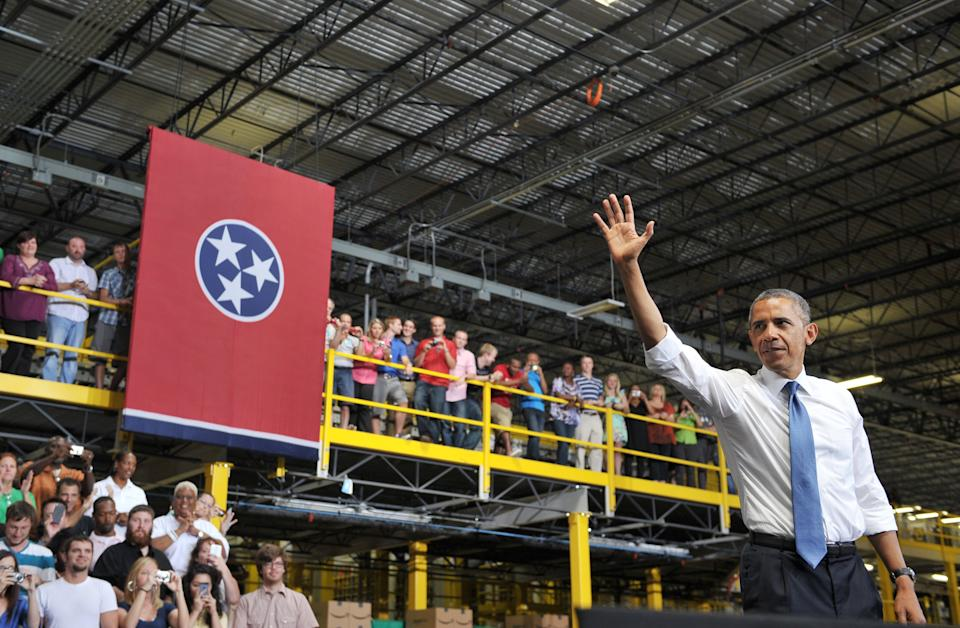 US President Barack Obama waves after speaking on job growth following a tour of an Amazon fulfillment center on July 30, 2013 in Chattanooga, Tennessee. AFP PHOTO/Mandel NGAN        (Photo credit should read MANDEL NGAN/AFP via Getty Images)