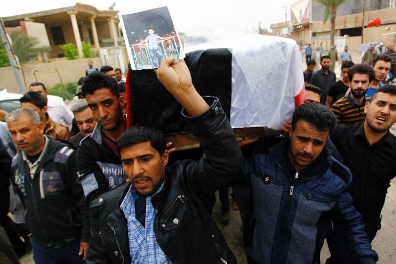 Iraqi relatives carry the coffin of one of the victims of a suicide bomb attack during a funeral in Iskandariyah, on March 26, 2016 (AFP Photo/Haidar Hamdani)
