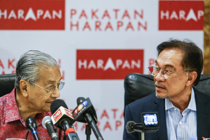 Prime Minister Tun Dr Mahathir Mohamad and PKR president Datuk Seri Anwar Ibrahim during a press conference in Shah Alam October 6, 2019. — Picture by Hari Anggara