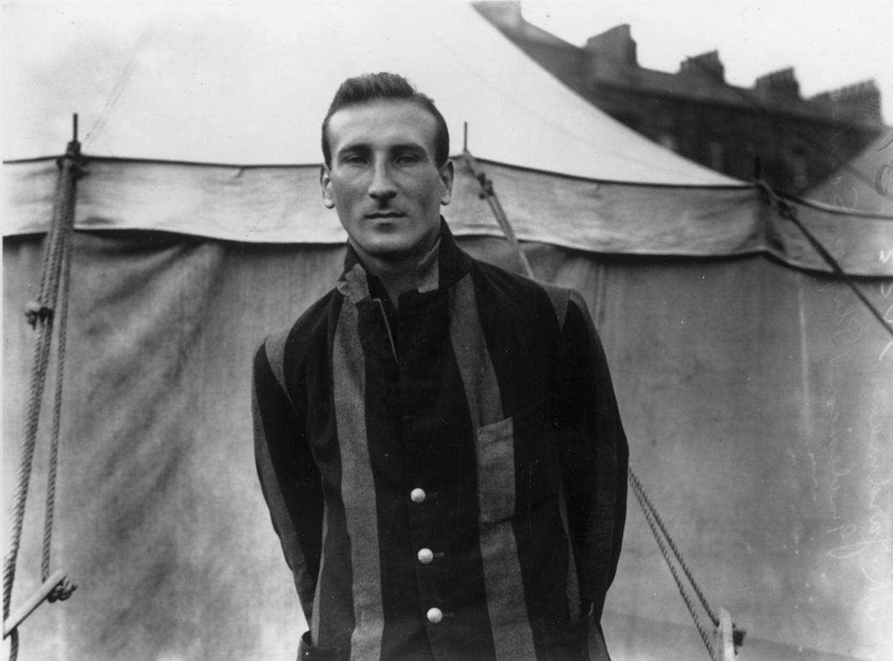 1926:  English cricketer Douglas Jardine (1900 - 1958) at Scarborough during a match between Gentlemen and Players. Jardine went on to captain England during the infamous tour of 1932-33, when his bodyline tactics, where his fast bowlers bowled at the Australian batsmen's bodies causing severe injuries, caused a scandal.  (Photo by Central Press/Getty Images)