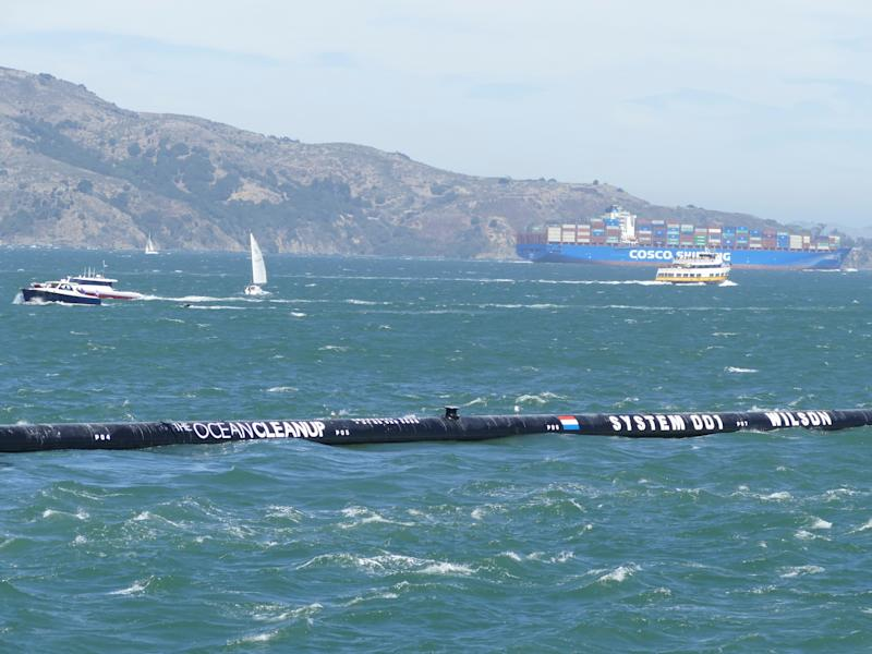 "08.09.2018,USA, San Francisco: The first floating waste collector ""The Ocean Cleanup"" can be seen on its way to the Pacific Ocean in the bay of San Francisco. Like tentacles, the ends of the 600-meter long plastic pipe of the cleaning system are to lie around mountains of plastic waste - initially on the Pacific between California and Hawaii. Photo: Barbara Munker/dpa (Photo by Barbara Munker/picture alliance via Getty Images)"