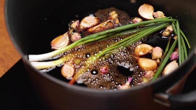 Braising sauce for soy sauce chicken in pot
