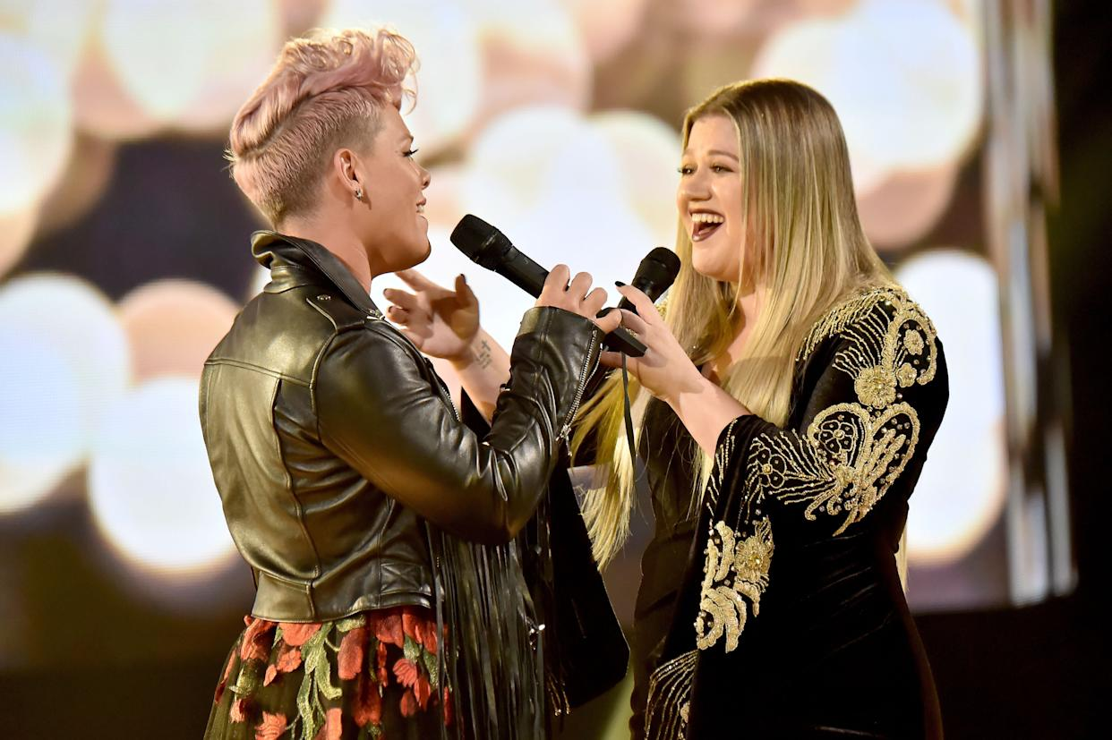LOS ANGELES, CA - NOVEMBER 19: Pink (L) and Kelly Clarkson onstage during the 2017 American Music Awards at Microsoft Theater on November 19, 2017 in Los Angeles, California. (Photo by Jeff Kravitz/AMA2017/FilmMagic for dcp)