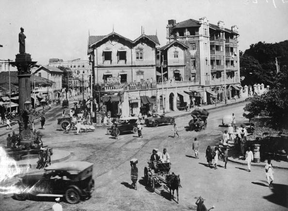 A road junction in Bombay, west India, with cars and horse drawn traps. (Photo by Fox Photos/Getty Images)