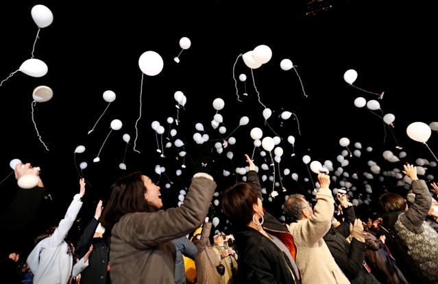 <p>People release balloons as they take part in a New Year countdown event in celebrations to ring in 2018 in Tokyo, Japan January 1, 2018. (Photo: Toru Hanai/Reuters) </p>