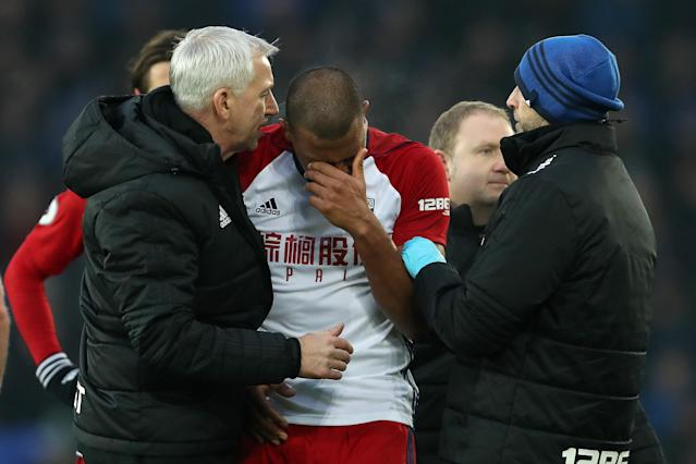 Alan Pardew (left) consoles Salomon Rondon (center). (Getty)