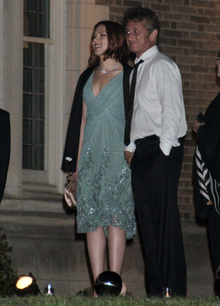 Scarlett Johansson and Sean Penn made out at the dinner in 2011. (Photo: Splash News)