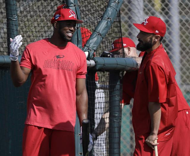 "<a class=""link rapid-noclick-resp"" href=""/mlb/players/8370/"" data-ylk=""slk:Dexter Fowler"">Dexter Fowler</a> (left) talks with Matt Carpenter during a Cardinals spring training workout. (AP)"