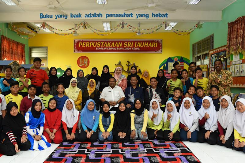 Datuk Shamrat Sen Gupta, Trustee of Yayasan MRCB in a group photo with the school principals from four schools in Semenyih and Hulu Langat and students at the newly refurbished library of SK Lubok Kelubi, Hulu Langat. — Picture courtesy of Yayasan MRCB