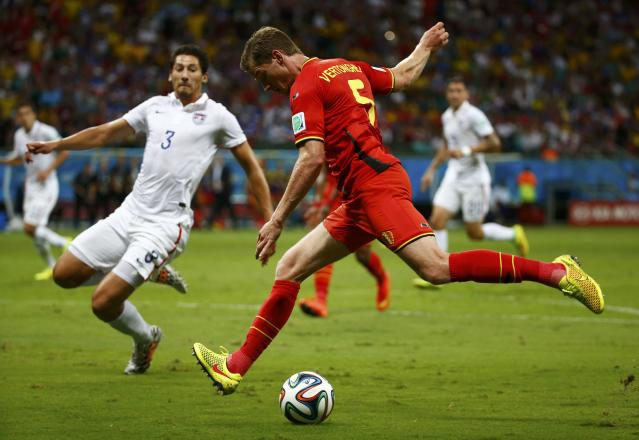 Belgium's Jan Vertonghen (R) attempts a cross past Omar Gonzalez of the U.S. during their 2014 World Cup round of 16 game at the Fonte Nova arena in Salvador July 1, 2014. REUTERS/Michael Dalder (BRAZIL - Tags: SOCCER SPORT WORLD CUP TPX IMAGES OF THE DAY)