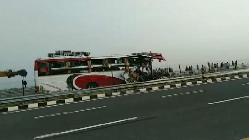 Uttar Pradesh: 7 Dead, 34 Injured After Bus Rams Into Truck on Agra-Lucknow Expressway