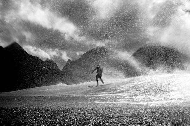 <p>Le grand photographe Morgan Maasen arrive à merveille à capturer l'intensité des vague tahitiennes et leurs embruns. (Crédit : WSL/Morgan Maasen) </p>